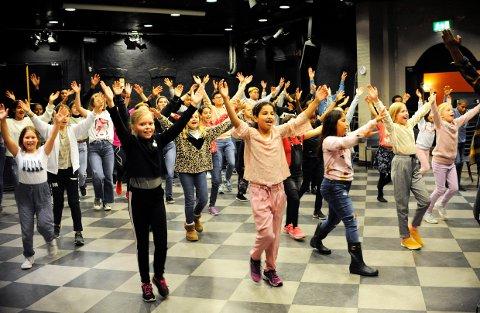 FARGESPILL. 70 barn og ungdom fra Fargespill-Larvik er bare noen av de som øver og øver til et storslått jubileum i Bølgen den 10.oktober.
