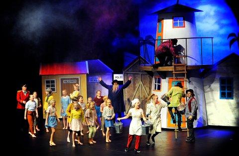 KARDEMOMME-BY: Søndag ettermiddag fikk 13 barn og unge fra Studio Nille, Larvik kulturskole og Skuespirene utfolde seg i Thorbjørn Egners univers, sammen med en tropp profesjonelle skuespillere. Stor stas både for de unge talentene, og for de 200 publikummerne i storsalen på Bølgen.
