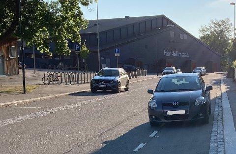FEIL: Hvilken av disse bilene står riktig, og hvilken står feilparkert? Mange parkerer i sykkelfelt, noen uten å vite at det ikke er lov. (Foto: ØP-tipser)