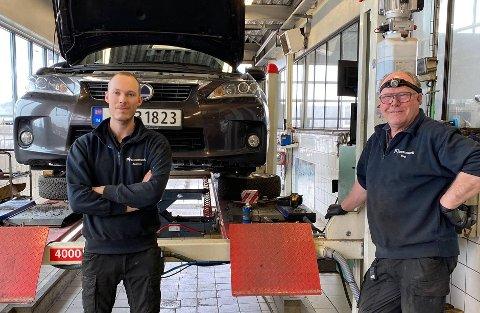 HELE YRKESLIVET: Dag Jacobsen mekket og kontrollert Toyotaer i samme firma i 45 år. Da har Andreas Iversen vært der i 12. For begge betyr dette hele sitt yrkesaktive liv.