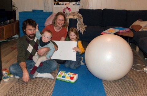 MÅ FLYTTE: Hele familien samlet hjemme på stuegulvet. Pappa Mark Lambert med Dylan (2) på fanget, og mamma Rachel Ekren med Rebekka (4) ved siden av. Når Dylan (2) ikke får helse-hjelpen han trenger, føler familien seg nå tvunget til å flytte.