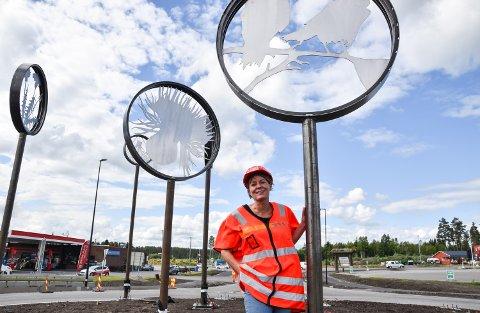 PÅ PLASS: Elin Drougge har skapt kunstverket som pryder rundkjøringa i vestgående retning på Ånestad.