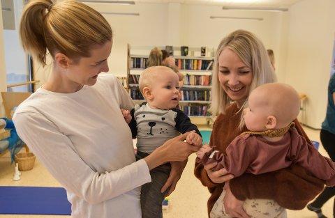 KNYTTER BÅND: Linn Christine Nordli med Emil og Iselin Olsen med Emilie deltar på babysang på biblioteket i Løten.