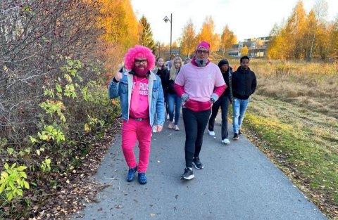 24 TIMER TIL FOTS: Roger Haugen (til venstre) og Dennis Olsen gikk og gikk til inntekt for Rosa sløyfe-aksjonen i fjor høst.