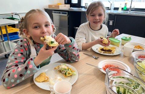 UNGE FORSKERE: Sara Haldorsen (til venstre) og Abigail Værnes er elever i 4. klasse på Hedemarken Friskole.