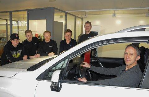 OVERTOK STYRINGEN: Øystein Sørberg er ny daglig leder i Mila Bil på Tynset. Bak fra venstre: Rikard Ruud (utplasseringselev), Kasper Sørhusmoen (bilmekanikerlærling), Axel Slettan (verksmester), Marit Håkenstad (kundeansvarlig delelager) og Henrik Bondø (bilmekaniker).