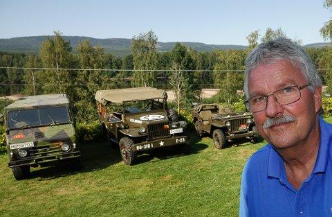 TRE PRAKTEKSEMPLARER: Richard Heiberg holder Forsvaret rullende i Våler med sine tre militære veterankjøretøy.