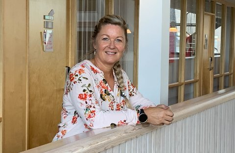 LAV TERSKEL: Samtaleterapeut Beate Clausen foran kontoret på Terningen.