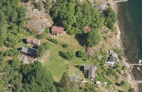 Det er huset med rødt tak midt i på dette kartutsnittet som er Emma Kittelsen og søsknenes fritidseiendom. Her er det også strand, som ifølge eier er vanskelig tilgjengelig.