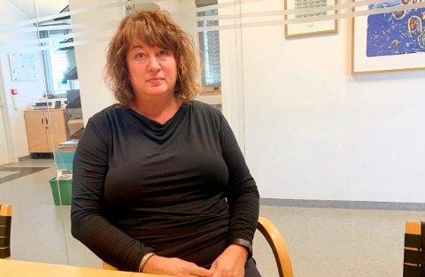 FIKK SEIN TELEFON: Avdelingsleder Gitte Helland forteller at hun fikk en telefon fra A-krimgruppa seint fredag kveld. Mandag ble Kebab 108 i Storgata stengt som resultat av det gruppa avdekket under aksjonen.