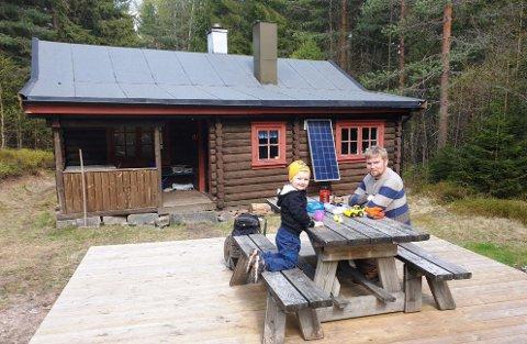 Bamble formannskap vedtok at kommunen ikke skal selge jakt- og friluftsområdet Det Grønne stykket ved Langen i Bamble-skogene. Det   er Ole Martin Nevervik og sønnen Haakon glade for. Her er de på tur ved Jaktstua som er en av hyttene i Det grønne stykket.