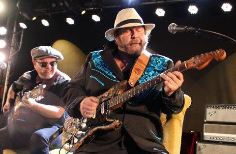 Vidar Busk og Daniel Eriksen spilte blues og roots med en intensitet som var så kraftig at den ene gitrastrengen på Vidar Busks gitar røyk.