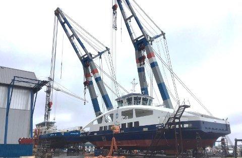 Den nye, helelektriske ferga «Sandøy» er denne uka blitt sjøsatt ved skipsverftet Holland Shipyards BV. I begynnelsen av mai ankommer fartøyet Brevik fergeselskap IKS og går rett i opplag ved kai på Strømtangen inntil nye fergeleier er bygget i Brevik og på Sandøya.