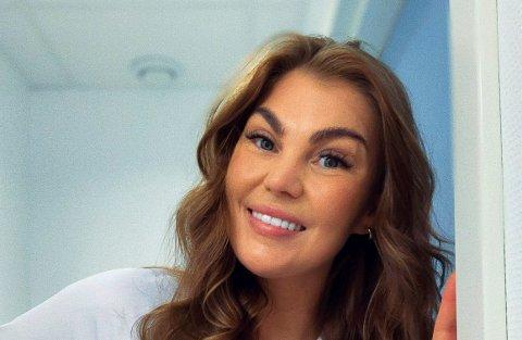 STÅR I DET:  Silje Svenningsen (26) jobber som sykepleier på Drammen sykehus. Hun var relativt fersk da hun startet for snart et år siden. – erfaringa mi som nyutdanna sykepleier på mottak var TV-serien «Grey's Anatomy», forteller hun,