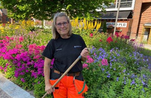 MÅ LEITE NORGE RUNDT: Parksjef Anne Humborstad sier det er vanskelig å erstatte plantene i Prestegårdshagen.