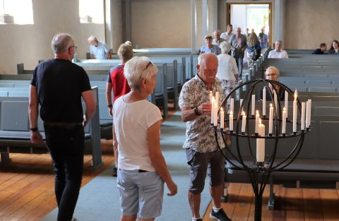 Tente lys: Deltakerne på markeringen tente lys for ofrene etter 22. juli 2011.