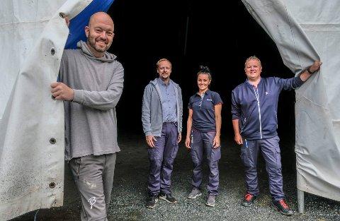Åpner teltet: iFjord inviterer til byfest med gratis pølser og brus til barna. Fra venstre: Christian Lorentsen, Stian Eilertsen, Hilde Møllevik og Geir Nilsen.