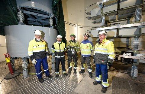 Arbeidet med å modernisere alt det elektriske anlegget til ovn 5 til Elkem Rana er i rute. - Det har gått som planlagt, sier prosjektleder  Dagfinn Østerlie, ingeniør Terje Gundersen fra Norconsult, Inge Brynjulfsen, Ariel Kristensen og montasjeleder Tore Johansen.