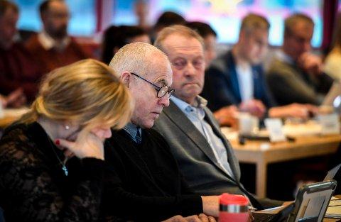 Karl Hans Rønning (Sp) mener det er feil å legge Rana Voksenopplæring under barne- og familieavdelinga. Her sitter han mellom partikollegene Anne Kari Snefjellå og Johan Petter Røssvoll.