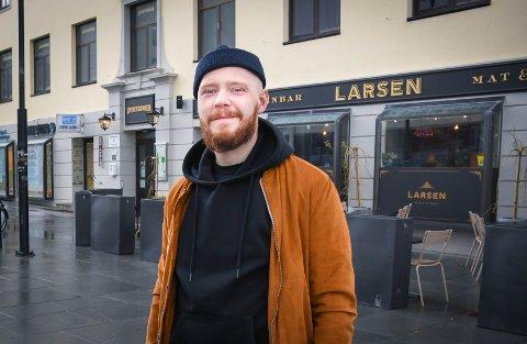 Fredrik Schön er daglig leder på Larsen Mat & Vinbar. Han er glad for at hans arbeidssted blir anerkjent av en internasjonal aktør.