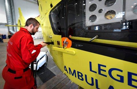 Her fyller redningsmann Tom Inge Moi-Vist drivstoff på ambulansehelikopteret stasjonert ved basen i Brønnøysund. Det ligger an til en ny gjennomgang av basestrukturen.