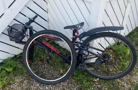 Ei niårig jente stupte i bakken etter at noen hadde løsnet forhjulet på sykkelen hennes.
