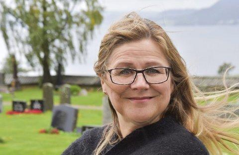 SANGER: Merethe Trøan er opprinnelig fra Trondheim, men bor nå i Ottestad. Siden 2004 har hun sunget i begravelser, og forteller at det er et privilegium å få være med å utgjøre en forskjell på den siste reisen. Alle foto: Thomas Strandby