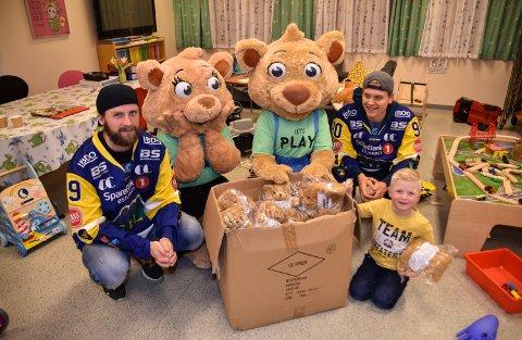 STORFINT BESØK: Robin Dahlstrøm (fra venstre), Maxine og Max, samt Jonas Djupvik Løvlie besøkte mandag Linus Westli og de andre på barneavdelingen ved sjukehuset i Elverum.