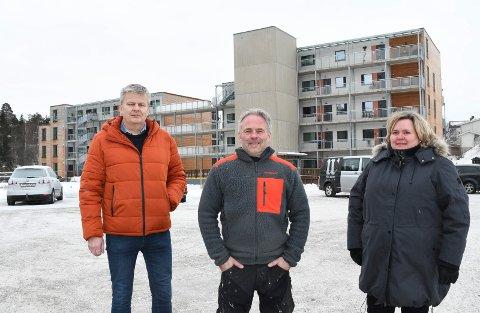 Her blir det ny boligblokk: Byggetrinn 3 i Moelven Park skal inneholde 37 leiligheter: – Salget er i gang, sier Kjetil Gustavsen (t.v.), Tommy Wilberg og Monica Wilberg Asmundsen.