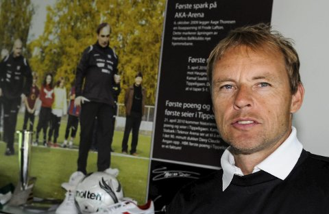 Alt tyder på at Tom Gulbrandsen nå fortsetter som daglig leder i Hønefoss Ballklubb.
