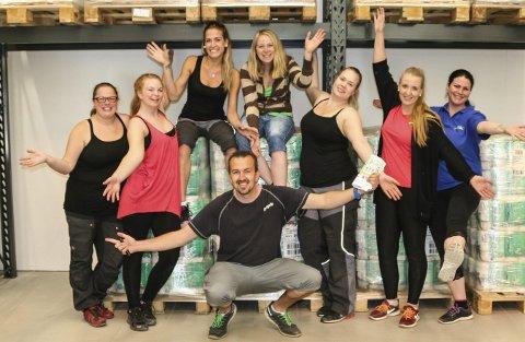 Svein Kjetil Hansen, og de ansatte, gleder seg til å slippe kundene til på torsdag. Fra venstre: May Haugland, Desiree Løberg Kittelsen, Kaja Krokvik, Veronika Evensen-Gryna, Line Hovde, Bettina Magnussen og Heidi Kainulainen.