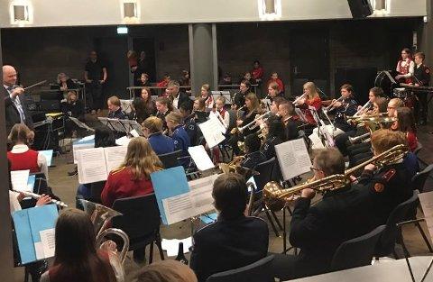 Hovedkorpset ble dirigert av Trond Lunde.