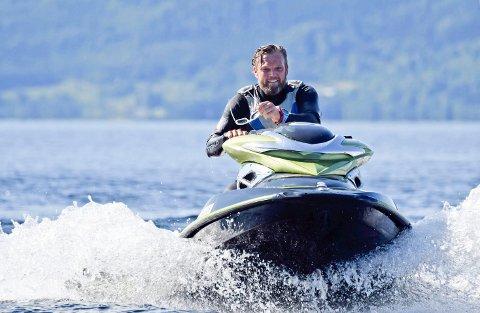VEILEDER: Kenneth Johansen veileder gjerne yngre vannscooterførere. Han mener det handler om holdninger og litt forståelse.