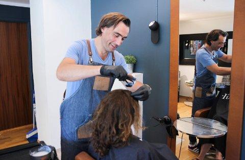 Håvard Ringdahl Nefjen har flyttet frisørsalongen på Jevnaker, men fortsetter med både nye og gamle kunder.