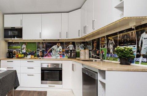 REAL MADRID: Over kjøkkenbenken befinner disse spesielle kitchen-wall platene seg. De kan fjernes av nye kjøpere. Med mindre kjøperne også er fans.