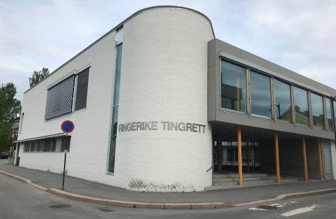 KUNNE IKKE MØTE: I koronatiden kunne verken hunden eller partene møtes i rettsbygningen i Hønefoss. De måtte møte sorenskriver Marit Nervik på nett.