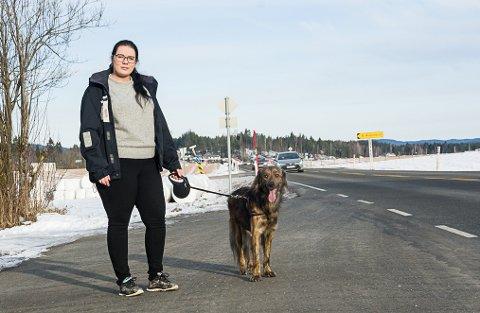 PLUKKET OPP HER: Marielle Juni Vermedal forteller at Svea ble tatt inn i en bil her på denne busslomma ved Flattum på Drolsum, rett før avkjøringen mot Åsmundrud. Dette skjedde litt etter klokka 16 på lørdag. Hunden Mango har vært med og lett etter Svea.