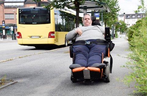 VANSKELIG: Kjetil Tangen er redd den nye rullestolen vil gjøre det vanskelig for ham å reise med buss.