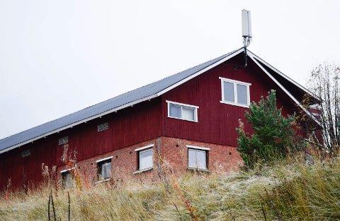FÅR IKKE JOBBET: Basestasjonen på dette låvetaket i Harehaugveien i Haugsbygd gir en nabo store problemer med å få utført jobben.