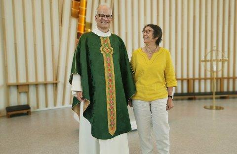STOR DAG: En stolt sogneprest Tor Magnus Amble sammen med kirketekstilkunstner Kristin Lindberg