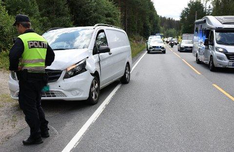 To biler var involvert i trafikkulykken på E16 tirsdag. Det var til tider en del kø i begge retninger ved ulykkesstedet.