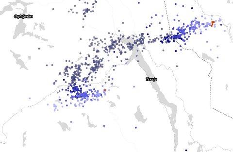 Tett med nedslag over Tinn og grensestrøka. de siste timene. Dette kartet ble lastet ned 17.18 og angir nedslagene de siste seks timene. De røde prikkene er ett minutt gamle, mens de blå er siste timen og de mørke punktene 3-6 timer siden. Kilde Meteorologisk institutt lyn.met