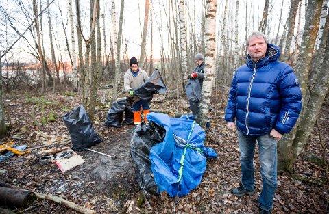 Svein Rune Ussberg i Skedsmo kommune (foran) må stadig vekk ut for å rydde leirer. I bakgrunnen er Tony Karlsen og Trond Sivertsen i gang med arbeidet.