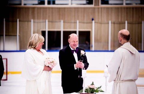 Giftet seg: Asgeir lovte å gifte seg i ishallen hvis den så dagens lys. Som sagt så gjort. I 2014 ble det sjampis på isen. Foto: Tom Gustisen