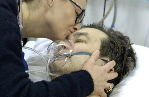 Trøst: Kjæresten May Larsen følger Torgeir Kemi tett så lenge hun kan under operasjonen.