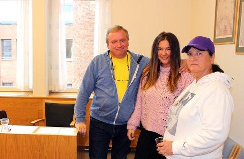 HAPPY STØTTESPILLERE: HappyTom Christiansen hadde med datteren Yvonne og kona Elisabeth Lukassen Christiansen som støttespillere i Nedre Romerike tingrett forrige mandag.