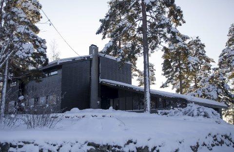 HUSET: Sett fra veien. Beliggenheten høyt oppe i Løkenåsen sikrer utsikt til Nittedal og vel så det fra terrassen på andre siden.