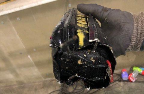 EKSPLODERTE: Etter brannen fant de ansatte på dette batteriet – forkullet og komprimert. De tror det hadde avgitt gnist da det ble presset.