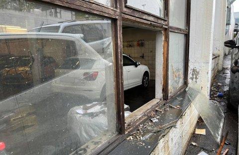 KNUST: Innbruddstyvene skal ha knust et vindu i butikken. Foto: Privat