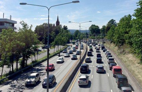 Høvik  20170630. Ferieutfart med tett trafikk i begge retninger på E18 ved Høvik I Bærum fredag ettermiddag.  Foto: Marianne Løvland / NTB